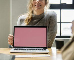 femme tenant écran ordinateur