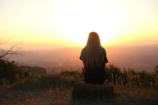 fille regardant coucher soleil
