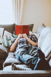 lire livre allongé canapé